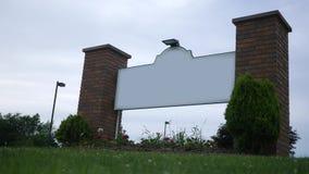 Знак родового конца поднимающий вверх или пустой против ненастного фона неба сток-видео