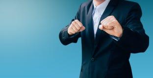 Знак руки выставки бизнесмена о бое Стоковое Фото