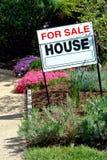знак сбывания дома имущества реальный Стоковое Фото