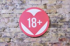 Знак сердца больше чем 18 на кирпичной стене Стоковое Изображение RF