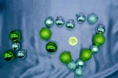 Знак сердца и золотое bitcoin чеканят, влюбленность и деньги выбирая Новый Год концепции предпосылки Стоковая Фотография
