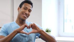 Знак сердца молодым чернокожим человеком Стоковые Фото
