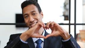 Знак сердца черным бизнесменом Стоковые Фотографии RF