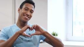 Знак сердца молодым чернокожим человеком сток-видео