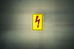 Знак символа высокого напряжения опасности Стоковые Фотографии RF