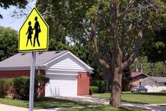 Знак скрещивания Дорога знака уличного движения на сельском районе Стоковое фото RF