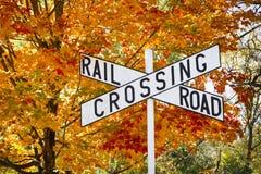Знак скрещивания железной дороги осени Стоковое фото RF