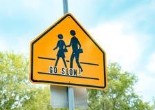 Знак скрещивания школы против голубого неба Стоковая Фотография