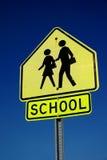 знак скрещивания школы против неба Стоковые Фото