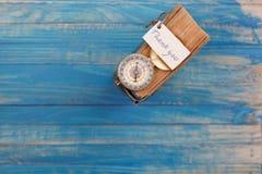 Знак спасибо и компас на старой книге - винтажный стиль Стоковые Изображения