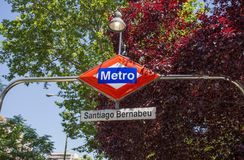 Знак станции метро Сантьяго Bernabeu, Мадрид, Испания стоковое фото rf