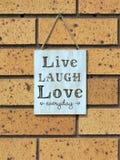Знак стены говоря влюбленности в реальном маштабе времени смеха ` ` ежедневное стоковая фотография rf