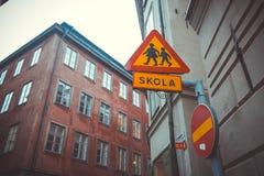 Знак Стокгольм дороги SKOLA Стоковое Изображение RF