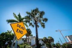 Знак столба мертвого конца, Fort Lauderdale, Флорида, Соединенные Штаты Америки стоковые фотографии rf