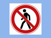 Знак стопа дороги на голубой предпосылке Стоковые Изображения