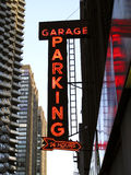 знак стоянкы автомобилей гаража неоновый Стоковое фото RF