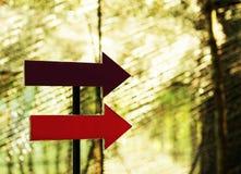 Знак стрелки которое добавляет текст Путь концепции к успеху терпеть неудачу Стоковые Фотографии RF