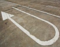 Знак стрелки на дороге Стоковые Фото