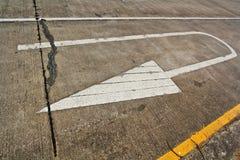 Знак стрелки на дороге Стоковые Изображения