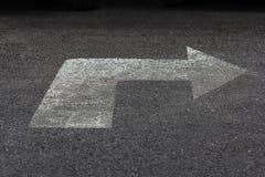 Знак стрелки на дороге Стоковая Фотография