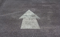 Знак стрелки на дороге Стоковые Изображения RF