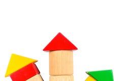 Знак стрелки от блоков треугольника цвета деревянных Стоковые Фотографии RF