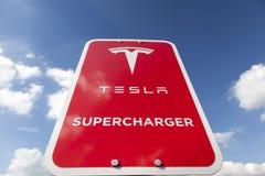 Знак суперчаржера Tesla Стоковые Изображения