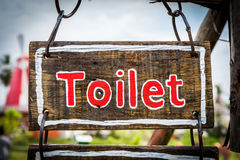 Знак с текстом туалета на деревянной плите Стоковая Фотография RF