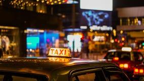 Знак такси на взгляде нерезкости ночи в зоне ночной жизни паба и бара пьяной Стоковые Изображения RF