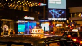 Знак такси на взгляде нерезкости ночи в зоне ночной жизни паба и бара пьяной Стоковое Фото