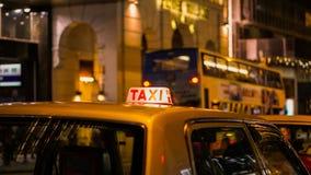 Знак такси на взгляде нерезкости ночи в зоне ночной жизни паба и бара пьяной Стоковая Фотография RF