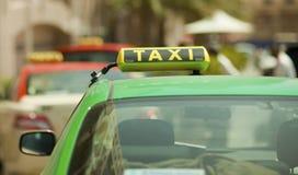Знак таксомотора стоковые изображения