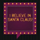 Знак текста показывающ я верю в Санта Клаусе Схематическое фото для того чтобы иметь веру в пузырях речи детства праздника рождес стоковые фото