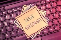 Знак текста показывая арендный договор Схематический контракт фото на терминах до одна партия соглашается свойство ренты стоковое фото rf