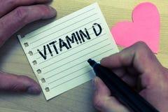 Знак текста показывая Витамин D Схематические преимущества фото выдержки солнечного луча и colou влюбленности некоторых тучных nu стоковые фото