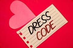 Знак текста показывая дресс-код Схематические правила фото чего вы можете нести и не к школе или backgrou красного цвета страницы Стоковое Изображение