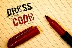 Знак текста показывая дресс-код Схематические правила фото чего вы можете нести и не к школе или сообщения eventIdeas созданные д Стоковые Изображения RF