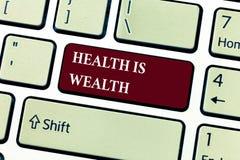 Знак текста показывая здоровье богатство Схематическое фото быть здорово более важно чем был состоятельно стоковое фото rf