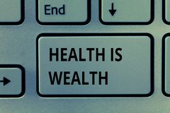Знак текста показывая здоровье богатство Схематическое фото быть здорово более важно чем был состоятельно стоковые изображения rf