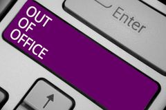 Знак текста показывая из офиса Схематическое фото вне работы никто в отдыхе пролома дела ослабляет ключ пурпура клавиатуры времен стоковая фотография rf