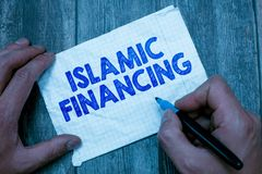 Знак текста показывая исламское финансирование Схематические деятельность при и вклад банка фото который исполняет с sharia стоковые фотографии rf