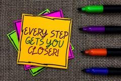 Знак текста показывая каждый шаг получает вас близкий Схематическое фото Keep двигая для достижения ваших задач целей написанных  стоковая фотография
