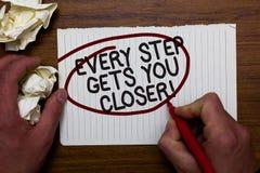 Знак текста показывая каждый шаг получает вас близкий Схематическое фото Keep двигая для достижения вашего lob бумаги владением р стоковые фото
