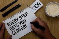 Знак текста показывая каждый шаг получает вас близкий Схематическое фото Keep двигая для достижения вашего Paperclip задач целей  стоковая фотография rf