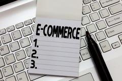 Знак текста показывая коммерцию e Схематические торговые операции фото проводили электронно в Интернете стоковые фотографии rf