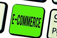 Знак текста показывая коммерцию e Схематические торговые операции фото проводили электронно в Интернете стоковое изображение
