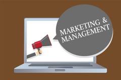 Знак текста показывая маркетинг и управление Схематический процесс фото начинать стратегии для диктора a настольного компьютера к Стоковая Фотография