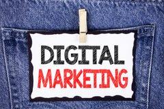 Знак текста показывая маркетинг цифров Схематическая стратегия фото продуктов обслуживает онлайн цифровых технологий написанное н стоковые фото