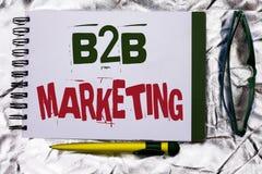 Знак текста показывая маркетинг B2B Схематическое дело фото к коммерции торговых операций дела написанной на книге o тетради Стоковое Фото