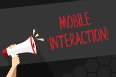 Знак текста показывая мобильное взаимодействие Схематическое фото взаимодействие между мобильными потребителями и рукой компьютер иллюстрация штока